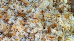 אורז חגיגי עם שקדים וצימוקים עם בצל מקורמל בתנור