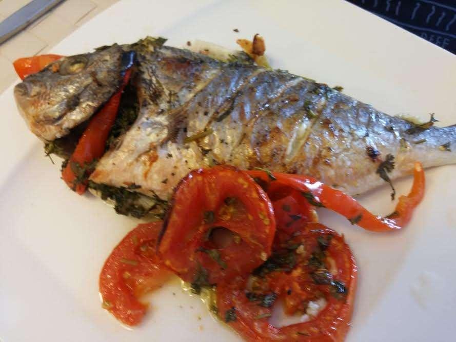 דג דניס בעשבי תיבול וירקות בתנור