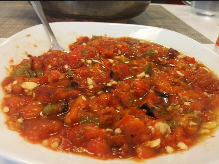 סלט עגבניות ופלפלים קלויים על האש, מעדן