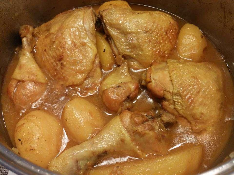 תבשיל עוף ברוטב צהוב עם תפוחי אדמה בטעם של פעם