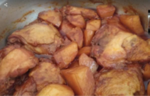צלי עוף שחום (בראטן) מטריף עם תפוחי אדמה