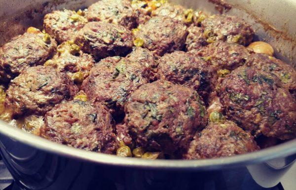 קציצות בשר עם אפונה וירקות בתיבול כורכום