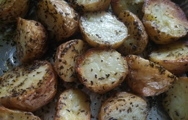 תפוחי אדמה קריספיים בעשבי תיבול בתנור